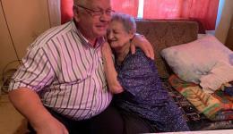 Als ob eine große Last von ihr abfiele, lehnt sie sich dankbar an unseren Freund Mr. Gherman, der ebenfalls glücklich und dankbar ist, dass Frau Rosa die lang ersehnte Operation bekommen wird...
