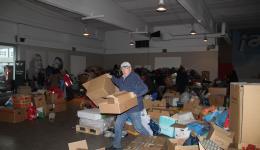 Während im vorderen Teil der Halle sortiert und aufgeräumt wird, beginnt hinten das Verpacken. Alfred im Eilschritt.