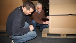 Matthias and Fred are signing the pallets according to the places where they will be unloaded.