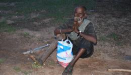 Kolonie Rohtak. Die Bewohner bekommen Reis, Linsen, Öl ... und Seife.