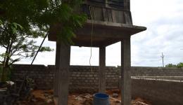 Warangal, Kolonie2, Hyderabad. Oben der Tank, unten Wasserhähne und eine glatte Plattform, damit sich auch behinderte Menschen leicht waschen können.