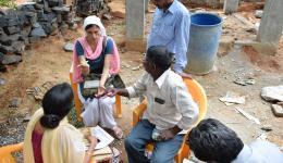 Während Venu, Meena und Alexandra die Kostenaufstellung prüfen und bereits erledigte Arbeiten und technische Teile bezahlt werden, schreibt Fenja weiter an den Berichten.