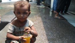 Zurück in Delhi. Bei der Suppenküche bekommen Straßenkinder und Erwachsene eine warme Mahlzeit und Getränke. Einmal richtig satt essen.