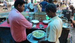 Das Essen wird frisch zubereitet. Die kleine Küche am Straßenrand dreht zur Hochform auf. Viele Hände helfen zusammen und lassen in unglaublicher Geschwindigkeit Portion für Portion frisch entstehen...