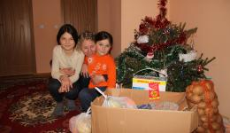 A single mother with four children lives in a social housing, which is paid by the city. She immediately remembers Alexandra, because three years ago, the family also got a package.