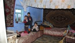 Kinder im Inneren eines moldawischen Hauses in einem Dorf.