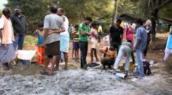 Embedded thumbnail for Brunnenbohrung in der Jagannath Kolonie, Rourkela, Bundesstaat Orissa, Nordindien - 11/2013