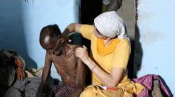Embedded thumbnail for Ein alter Mann wird mit Medikamenten versorgt 11/2012