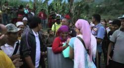 Embedded thumbnail for Nepal Erdbebenhilfe, Nahrungsmittelverteilung in Gorkha 05/2015